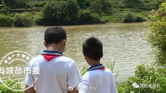 两获救男孩在现场回忆事发经过。