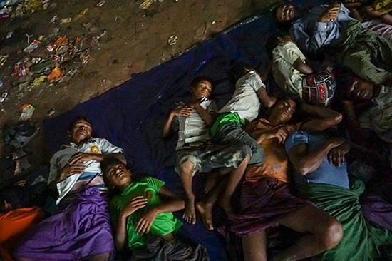 睡觉中的罗兴亚难民