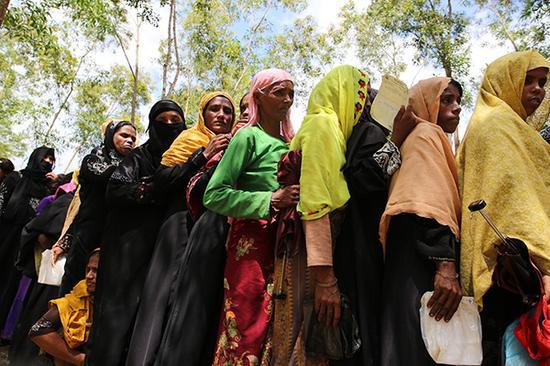 当地时间2017年9月11日,孟加拉国科克斯巴扎尔 ,罗兴亚人难民在难民营中排队等候。