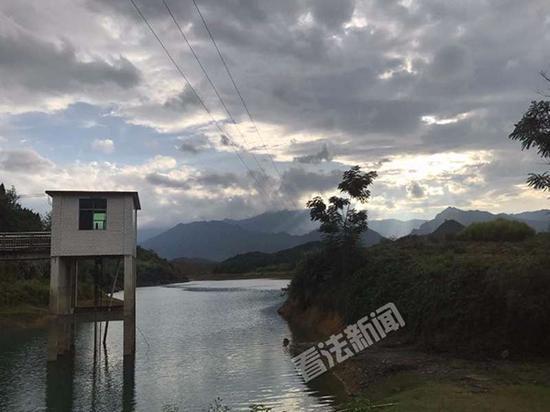 陈磊溺亡的水库上方乌云密布。
