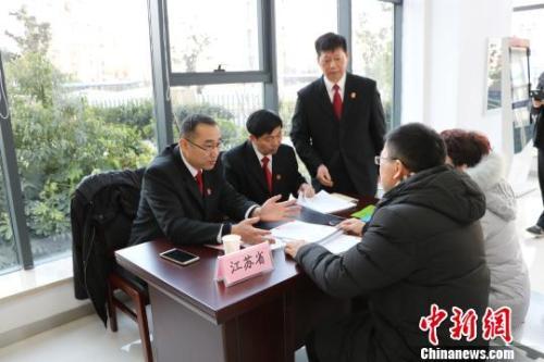资料图:巡回法庭法官为来访当事人耐心细致地讲解有关法律规定。王雪 摄