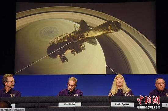 """当地时间2017年9月13日,美国加州帕萨迪纳市,NASA召开发布会宣布,""""卡西尼""""号探测器正在逐渐接近完成它最后一次穿过土星及其光环之间狭窄缝隙的任务,随后""""卡西尼""""号燃料即将耗尽,并将于9月15日冲进土星大气层,结束它13年的土星探索旅程。图为发布会现场。中新网 图"""