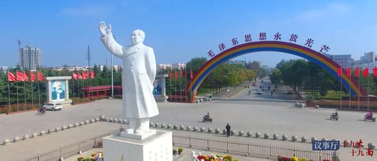 村中矗立着毛主席像
