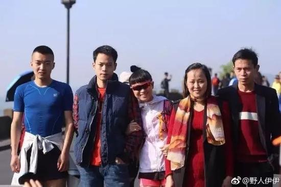旅程第1天,杭州-富阳38km,跟亲友合影,左一侨北,中间伊伊。