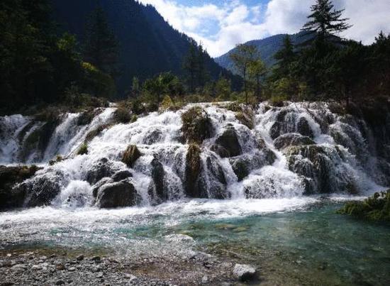 九寨姑魅震后构成新的瀑背景不雅。