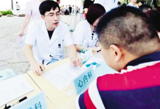 工作时,陈彦东总是认真地诊断,然后给出明确的意见。