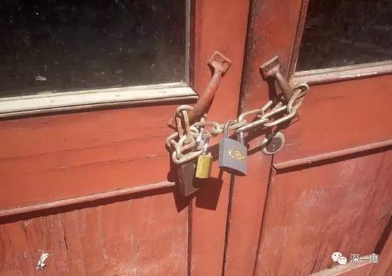 天津的住处,丈夫姜峰出门后都会把吴静锁在屋里。