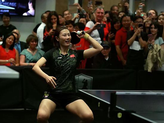 中国乒乓名将丁宁在演出赛中发球。 新华社 图