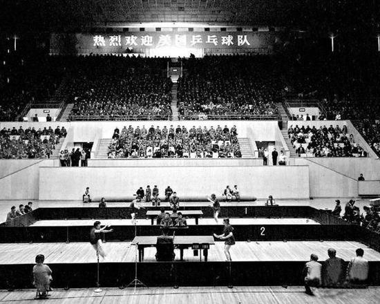 1971年4月13日,中美两国乒乓球运发动在北京首都体育馆举行了友谊角逐。 新华网 资料图