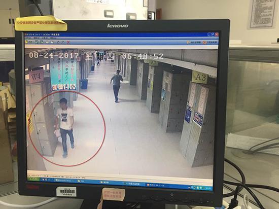 胡发在员工储物柜附近游荡。 澎湃新闻见习记者 杨帆 图