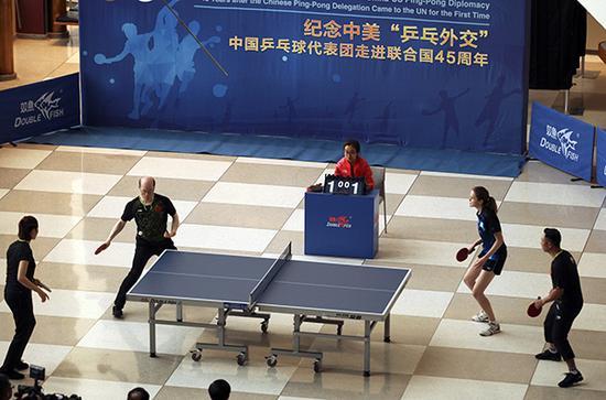 """纪念中美""""乒乓外交""""中国乒乓球代表团走进团结国45周年演出赛在纽约团结国总部举行。 视觉中国 图"""
