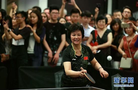 """9月16日,在美国芝加哥的凯乐斯宾乒乓球俱乐部,""""乒乓外交""""见证者、天下冠军郑怀颖在演出赛中打球。 新华社 图"""
