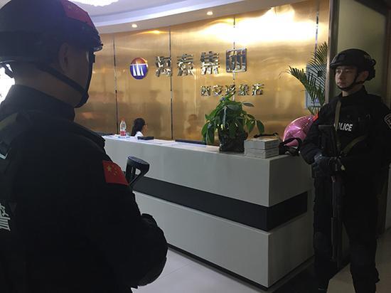 """西安新城警方在""""海泰集团西安形象店""""内抓获40名涉嫌""""荐股""""诈骗人员。澎湃新闻记者 王健 图"""