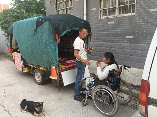 郭景新给妻子喝水。 澎湃新闻记者 段彦超 图