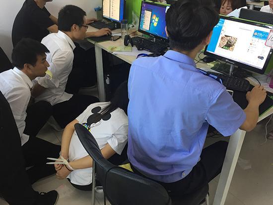 民警现场取证。澎湃新闻记者 王健 图