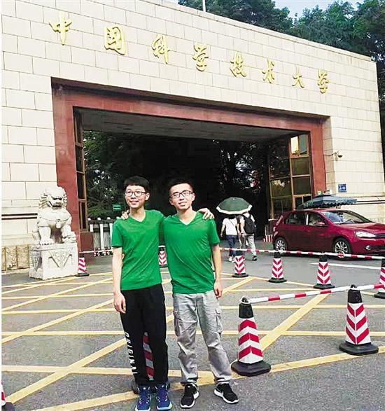 今年考上中科大少年班的两位浙江学子王哲(左)和张浩然。