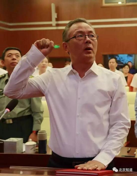 """戴彬彬手抚宪法宣誓。图片来自""""北京海淀""""微信民众号"""