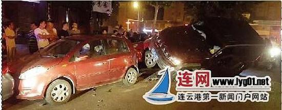 越野车撞4车后骑上私家车。连网 图