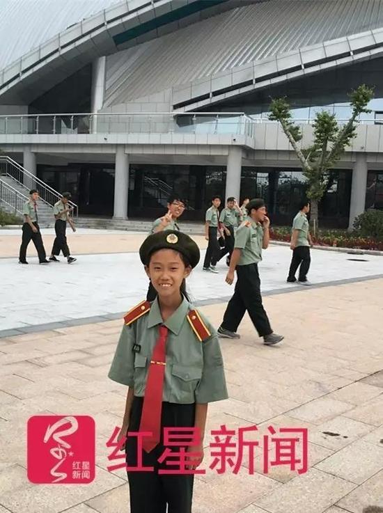 张易文在体育馆前。本文图片均来自红星新闻