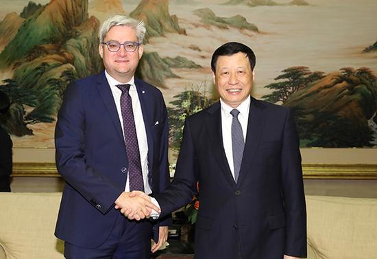 上海市市长应勇会晤丹麦初等教育与迷信部部长索伦·平德(左) 张春海 摄