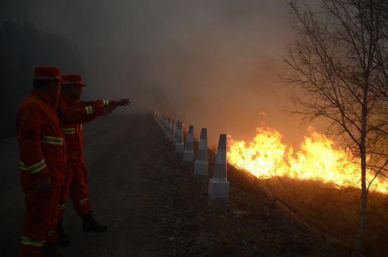 2017年5月初,内蒙古大兴安岭毕拉河特大森林火灾现场。内蒙古牙克石市武警内蒙古大兴安岭森林支队供图