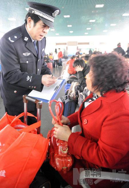资料图:2010年2月9日,孟耀武在北京西站候车厅举行客票观察。