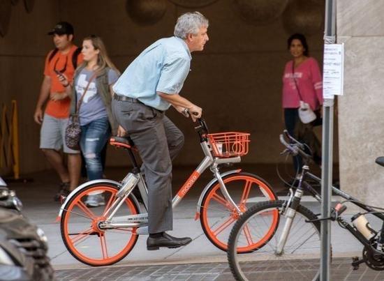 ▲9月20日,一名男子在美国华盛顿陌头骑摩拜单车。(法新社)