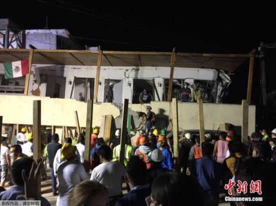 当地时间9月20日,墨西哥地震救援工作在墨西哥城Rébsamen学校展开。已经确认21名学生死亡,另有20人失踪。