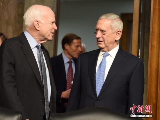 資料圖片:美國國防部長馬蒂斯(右)與參議院軍事委員會主席麥凱恩(左)交流。中新社記者 張蔚然 攝