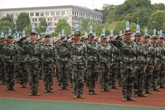 军训解锁新项目 头顶水瓶进行训练