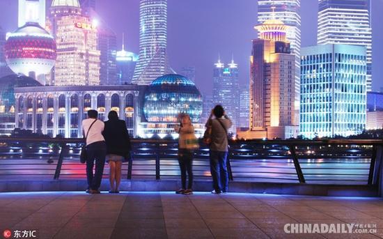 外滩作为上海最具有代表性的景点,来外滩赏夜景是来沪旅游一定要做的一件事。