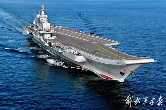 2012年10月14日,中国海军辽宁舰在海上航行。 李唐 图