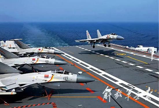 歼-15舰载战斗机在辽宁舰着舰。 李唐 图