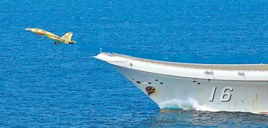 歼-15舰载战斗机从辽宁舰滑跃起飞。 胡锴冰 图