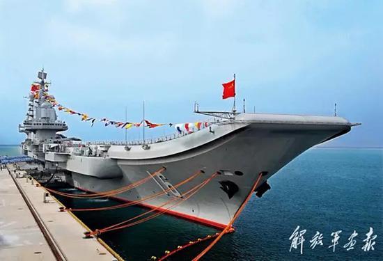 中国首艘航母——辽宁舰。 李靖 图