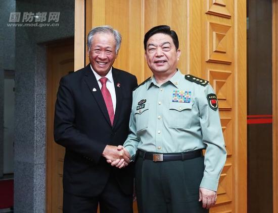 9月21日上午,国务委员兼国防部长常万全在八一大楼会见了陪同新加坡总理李显龙访华的新加坡国防部长黄永宏。