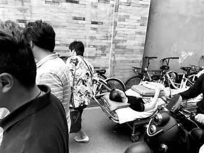一名患者被堵在送往病院的路上