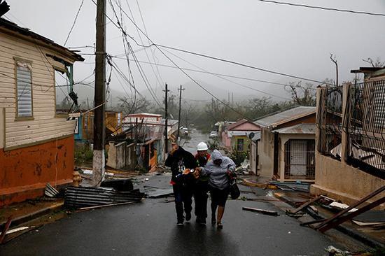 """18日晚,超强飓风""""玛利亚""""以四级风力登岸加勒比海地域岛国多米尼加,形成极年夜损坏。视觉中国 图"""