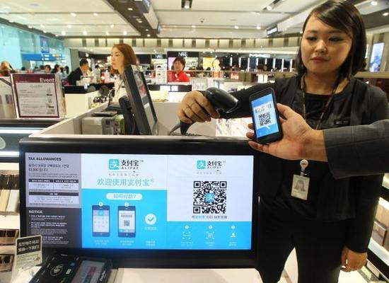资料图片:韩国仁川国际机场免税店 新华社记者 姚琪琳 摄