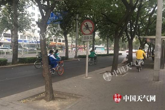 今晨,北京秋意渐浓,市平易近着秋装出门。(图/仇晓桐)