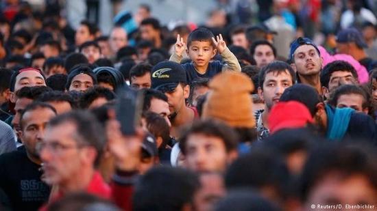 资料图片:涌入德国、正在等待登记的难民(路透社)