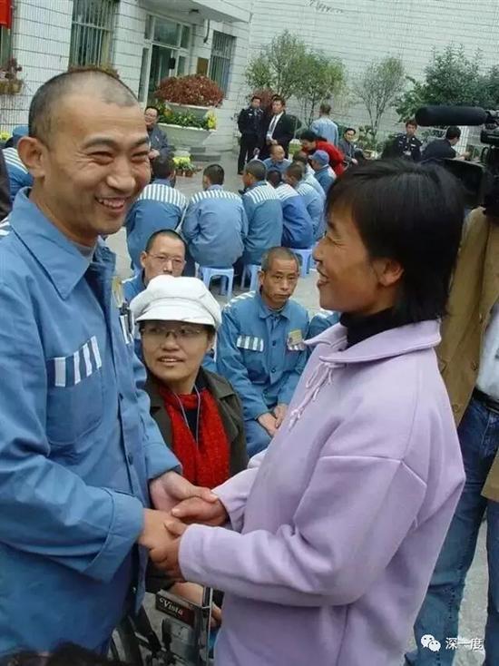 在陈玉梅的陪同下,王贵同夫妇在监狱相见。