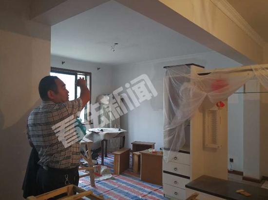 杨德武在新房看装修 摄/法制晚报•看法新闻记者邱锦