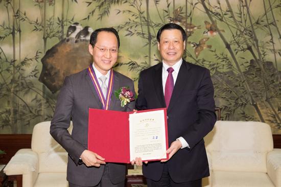 """上好佳(中国)有限公司董事长施学理获""""上海市荣誉市民""""称号。"""