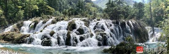 九寨沟震后形成新的瀑布景观。来源:九寨沟景区官网