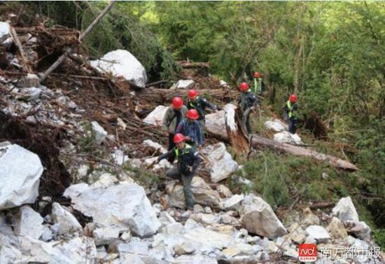 专家徒步进沟,翻越路面落石。来源:九寨沟景区官网