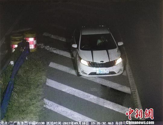 图为电子警察抓拍的违法占用应急车道的车辆。河南高速交警总队供图
