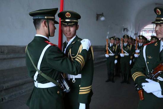 天安门国旗护卫队员升旗前整理衣冠。 天安门国旗护卫队 李超 供图
