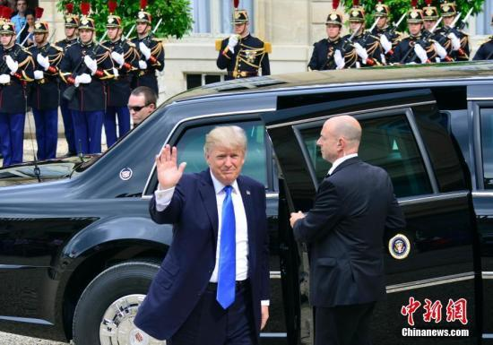 资料图:美国总统特朗普访问法国,法总统马克龙在荣军院广场为特朗普举行欢迎仪式。中新社记者 龙剑武 摄
