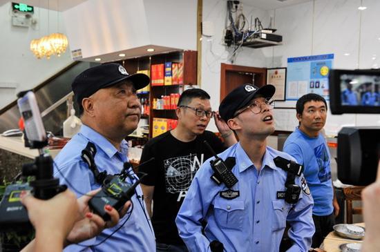 顾侠来(左)和蔡文俊到辖区餐饮场所检查技防设施。